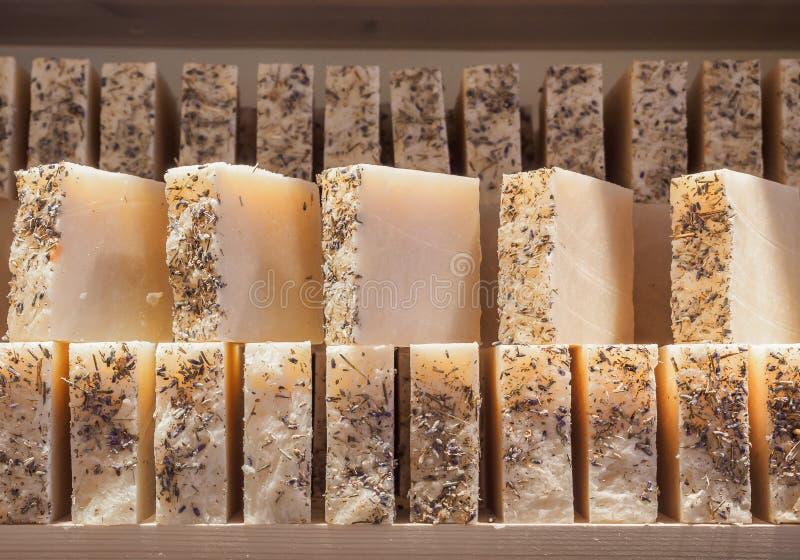 Stuk zepen op een winkelvenster Lavendelzeep met natuurlijke cederolie, terpentijnolie en kruideningrediënten Met de hand gemaakt royalty-vrije stock fotografie