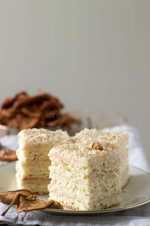 Stukken appelcake en droge appelen op een houten lijst Rustieke stijl royalty-vrije stock foto