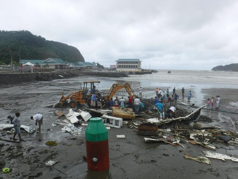 Stukken en brokken van een boot op het strand na Orkaan Nate stock foto