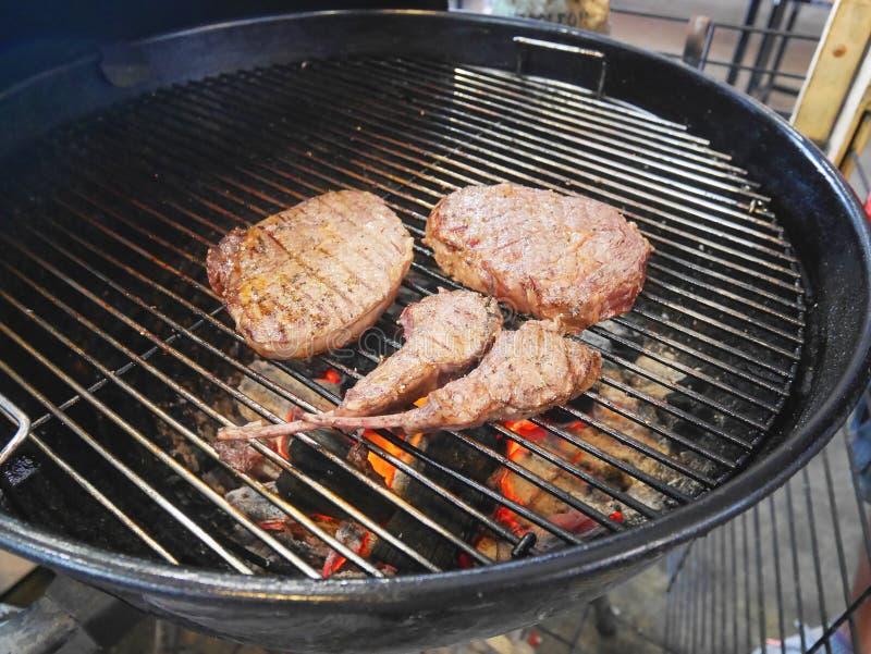 Stukken gekookte lapjes vlees op de grilloven van de picknickbarbecue royalty-vrije stock foto's