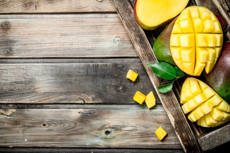 Stukken geurige mango's in het dienblad stock afbeeldingen