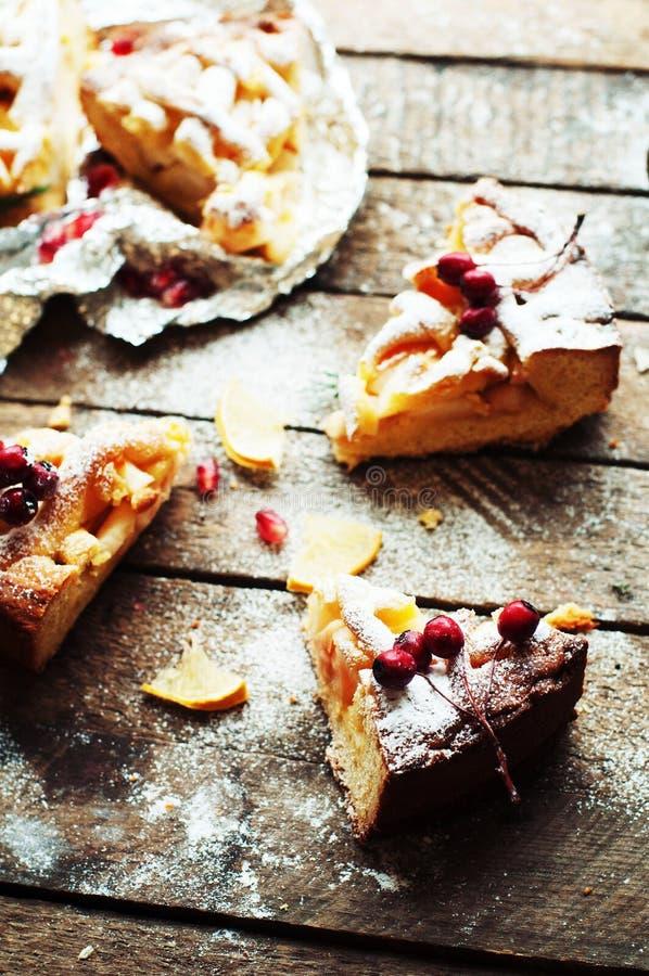 Stukken van appeltaart met gepoederde suiker wordt bestrooid die De eigengemaakte cake van de besnoeiingsappel verfraaide plakken stock foto