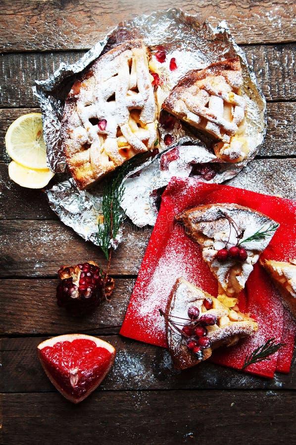Stukken van appeltaart met gepoederde suiker wordt bestrooid die De eigengemaakte cake van de besnoeiingsappel verfraaide plakken royalty-vrije stock foto's
