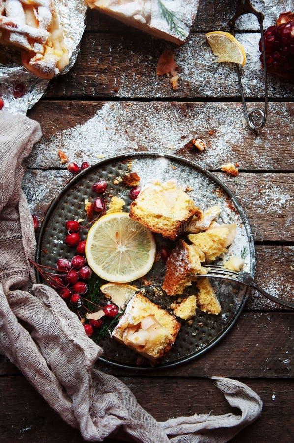 Stukken van appeltaart met gepoederde suiker wordt bestrooid die De eigengemaakte cake van de besnoeiingsappel verfraaide plakken royalty-vrije stock afbeelding