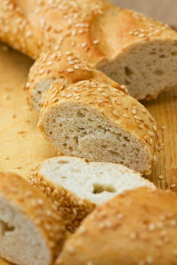Stukken van baguette met sesamzaden stock foto's