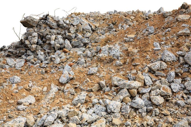 Stukken van beton en baksteenpuinpuin op bouwwerf op wit wordt geïsoleerd dat stock fotografie
