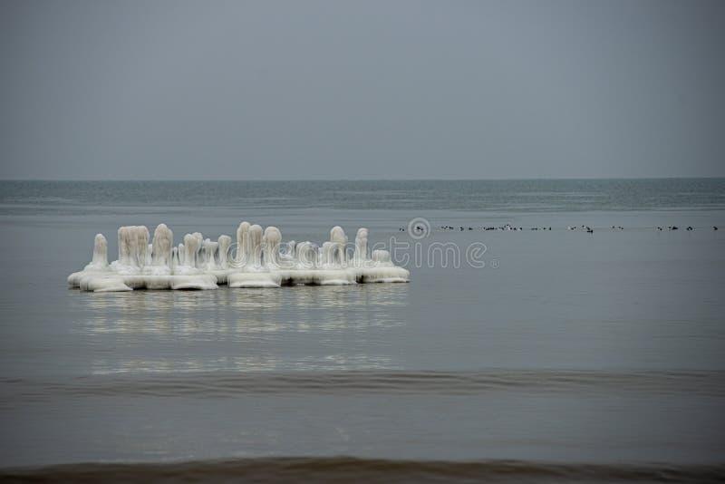 stukken van bevroren ijs in het meer in schemerige de winterdag stock foto