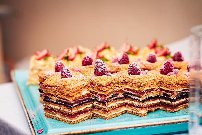 Stukken van cake met frambozenstukken op een blauwe plaat Zachte nadruk stock foto's