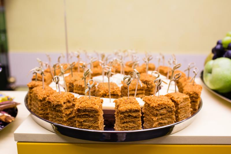 Stukken van cake op de plaat stock foto's