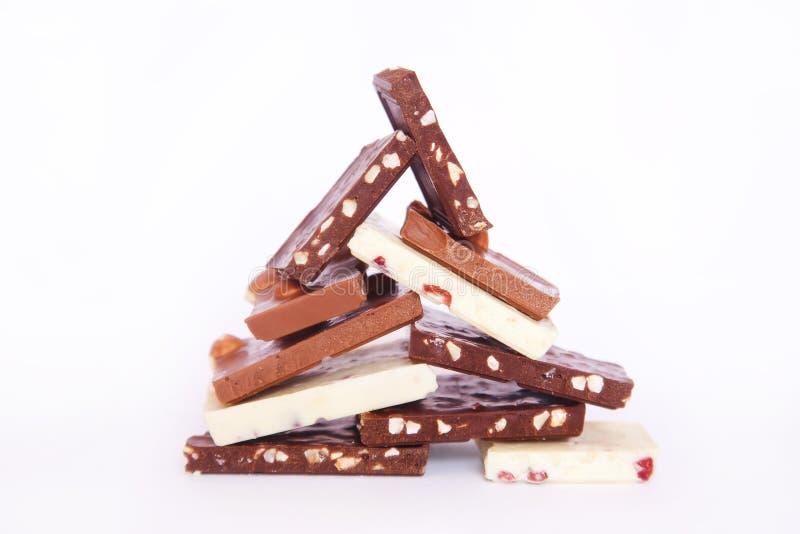 Stukken van chocolade op de lijst stock afbeeldingen