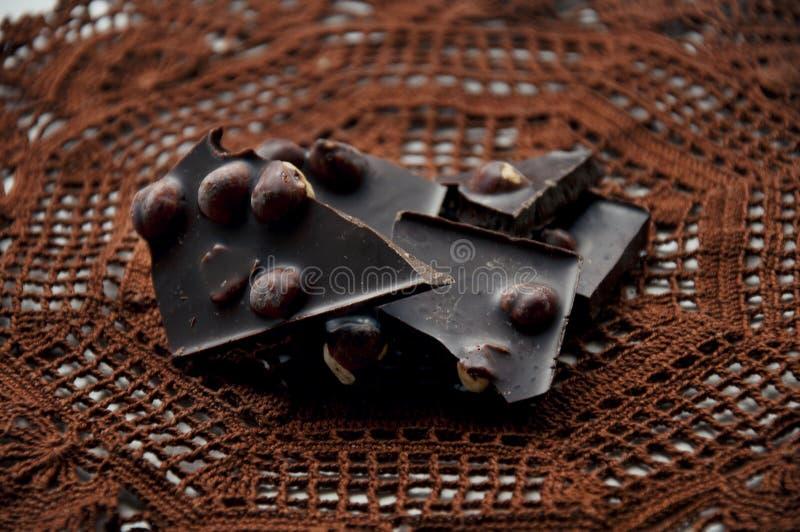 Stukken van chocolade op een gehaakt servet stock foto's
