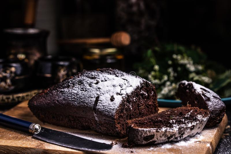 Stukken van chocoladecake op een houten raad Gepoederd suikerglazuur Chocoladebrownie royalty-vrije stock fotografie