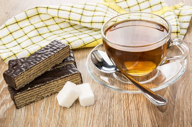 Stukken van de cake van de chocoladewafel, kop thee, suiker royalty-vrije stock fotografie