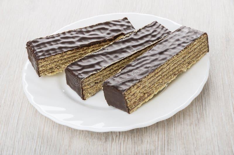 Stukken van de cake van de chocoladewafel in witte plaat stock foto