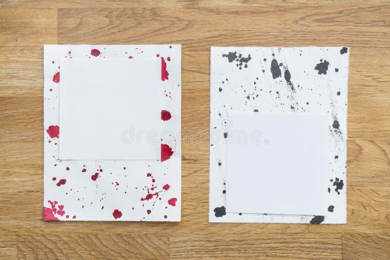 Stukken van document met inktdalingen stock foto