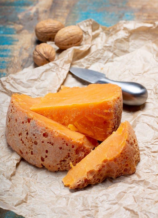 Stukken van inheemse Franse oude die kaas Mimolette, in Lille worden veroorzaakt stock foto's