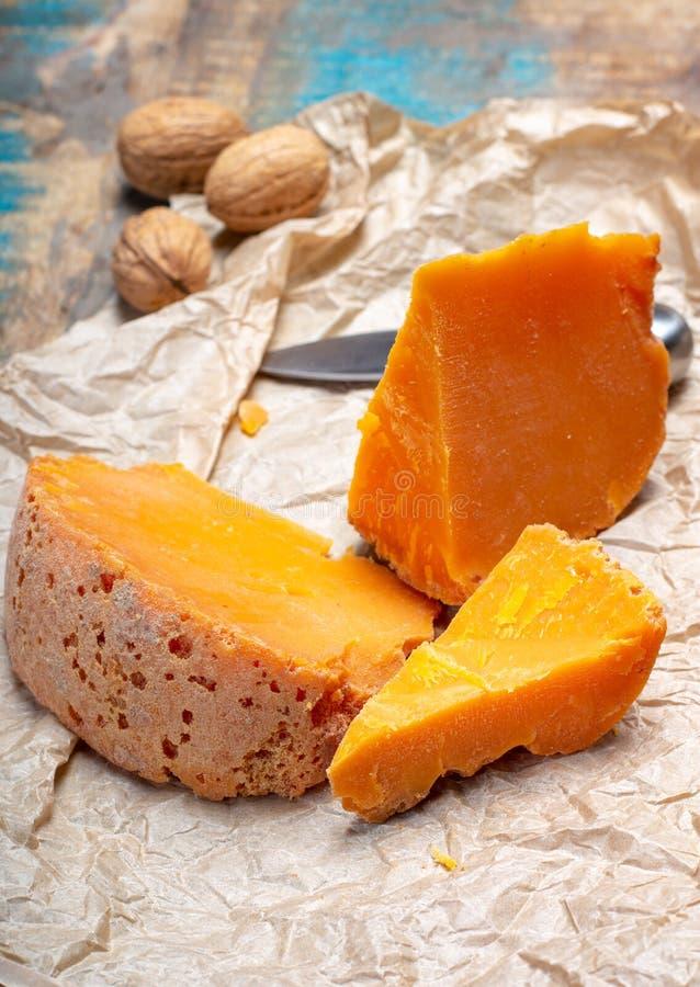 Stukken van inheemse Franse oude die kaas Mimolette, in Lille worden veroorzaakt stock fotografie