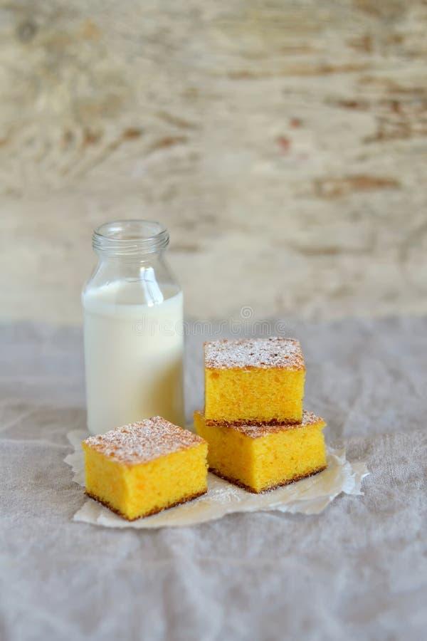 Stukken van pompoencake en een fles melk royalty-vrije stock afbeeldingen