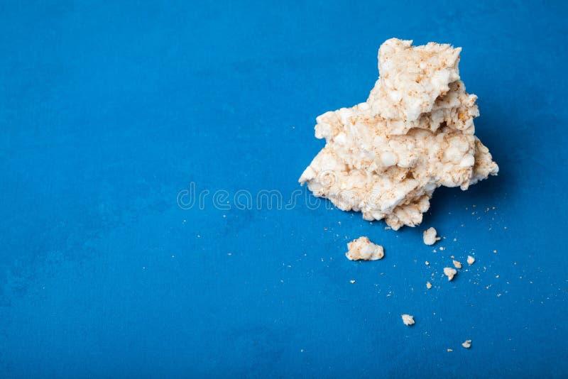 Stukken van rijstbrood op een blauwe achtergrond stock fotografie
