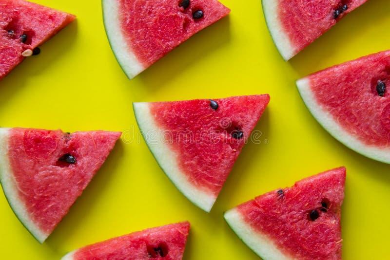 Stukken van rode watermeloen op gele achtergrond stock foto