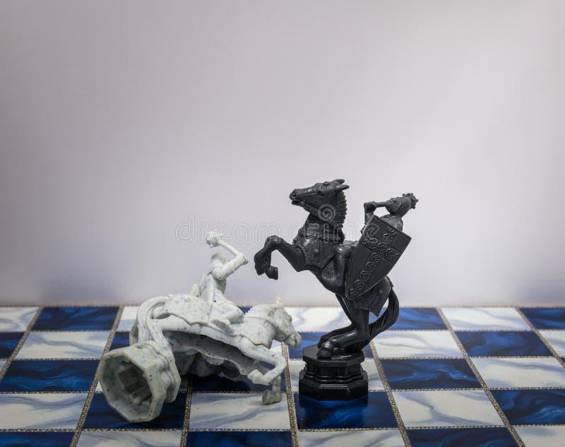 Stukken van schaakkarakter op de raad met een licht Een karakter vertegenwoordigt strategie, moedige planning, verraad, confronta royalty-vrije stock fotografie