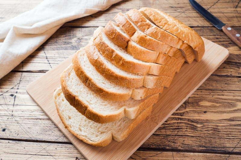 Stukken van wit broodbrood voor toost op een houten lijst royalty-vrije stock foto's