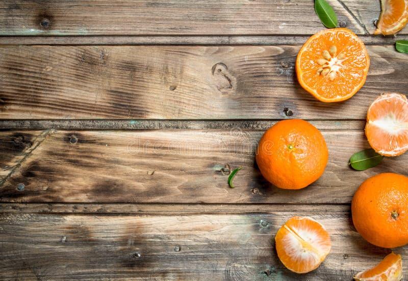 Stukken verse mandarins stock foto's