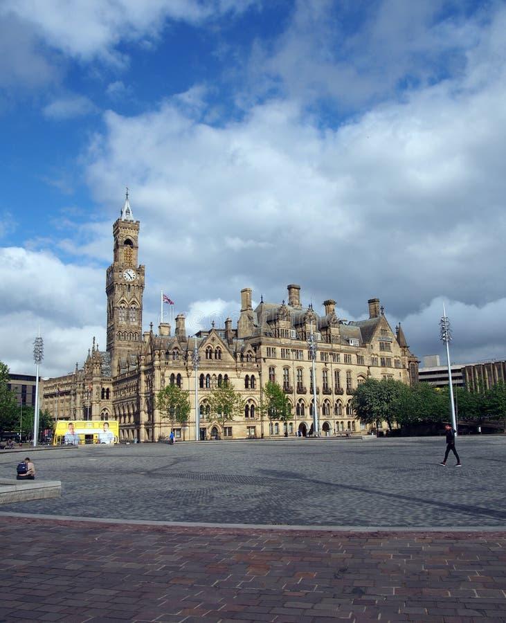 stulecie kwadrat w Bradford zachodnim - Yorkshire z ludźmi siedzi i chodzi za budynkami urząd miasta i sąd pokoju fotografia stock