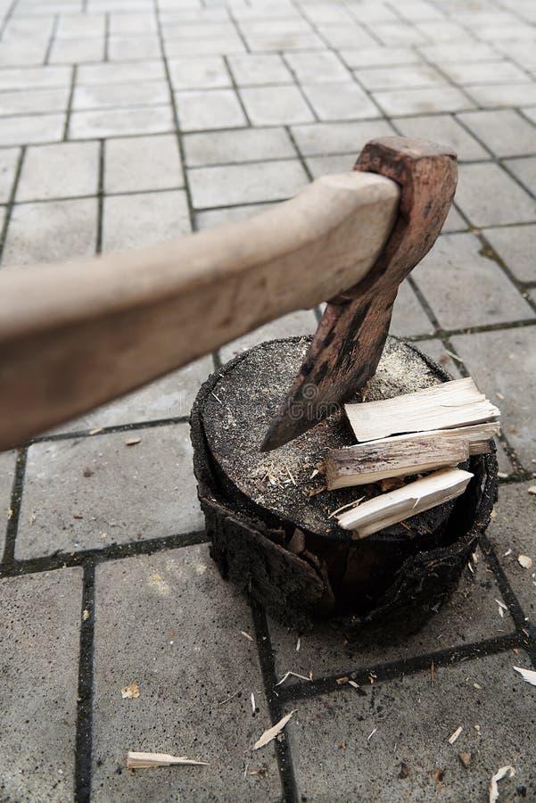 Stump dans les puces avec le plan rapproché de bois de chauffage et de hache photos libres de droits