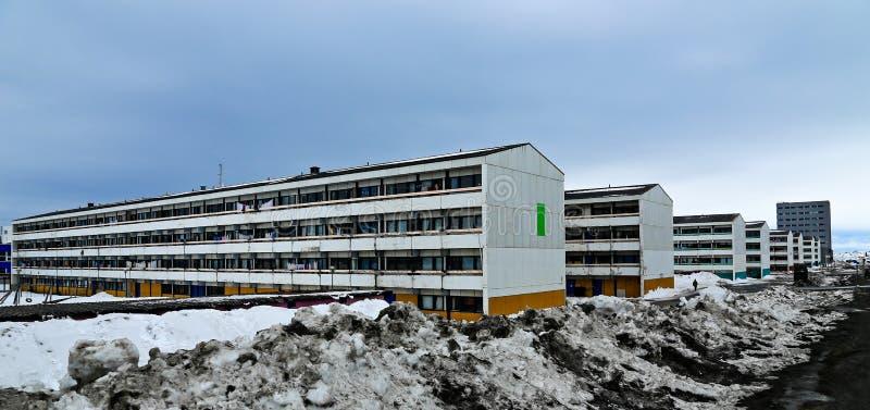 Stumpfe Reihen von lebenden Gebäuden des langen Inuit in der arktischen Hauptstadt Nuuk stockfotos