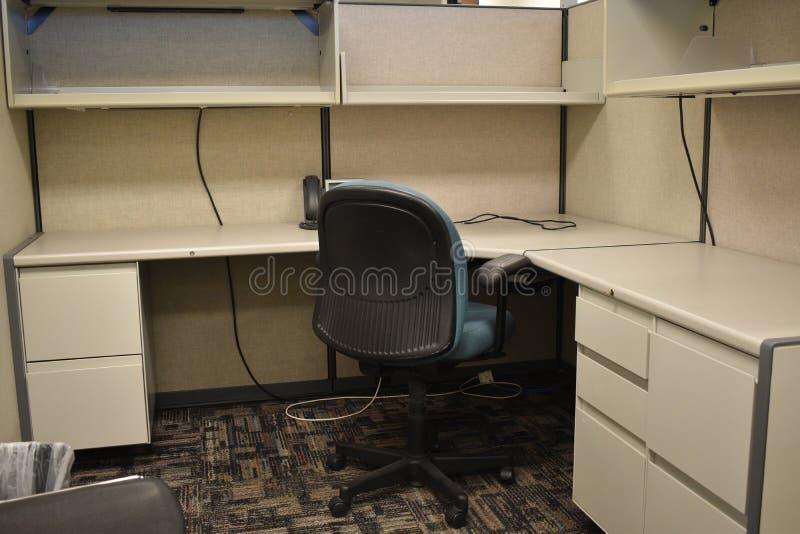 Stumpfer leerer Schreibtischwürfel mit blauem Stuhl und neutralem Farbschema lizenzfreie stockfotografie