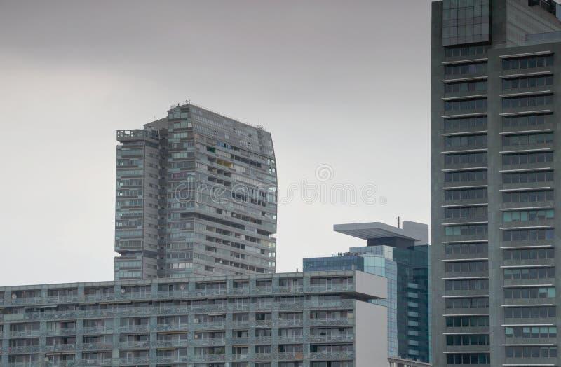 Stumpfes Stadtbild von grauen Hochhausturmblöcken und von grauem Himmel stockbilder