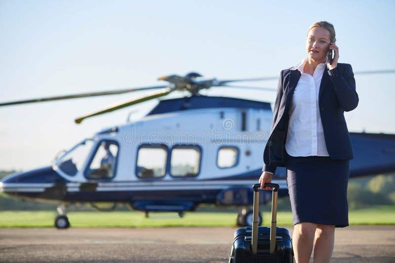 Stund för affärskvinnaWalking Away From helikopter som talar på folkhop royaltyfri foto