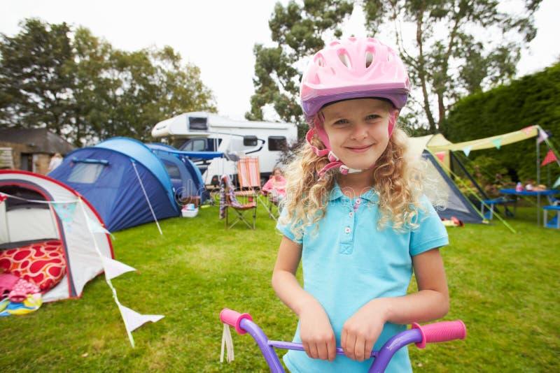 Stund för flickaridningsparkcykel på campa ferie för familj royaltyfri fotografi