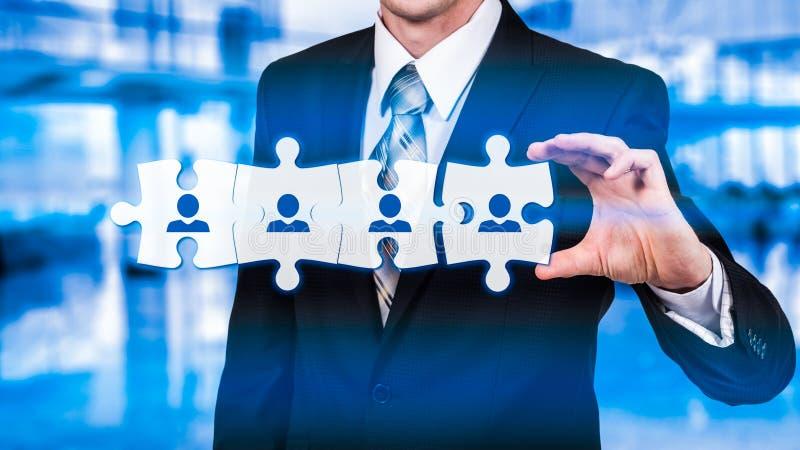 Stunde - Personalwesen - Geschäftskonzept mit Handgeschäftsmann und -puzzlespiel stockbild