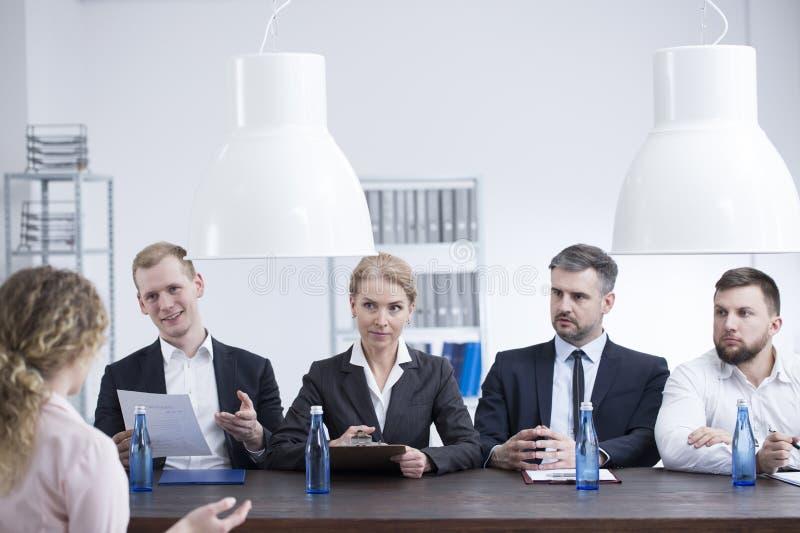 Stunden-Abteilung, die mit Angestelltem spricht stockbild