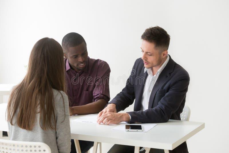 Stunden-Team, das Bewerberlebenslauf während des Rekrutierungsprozesses betrachtet stockfotos
