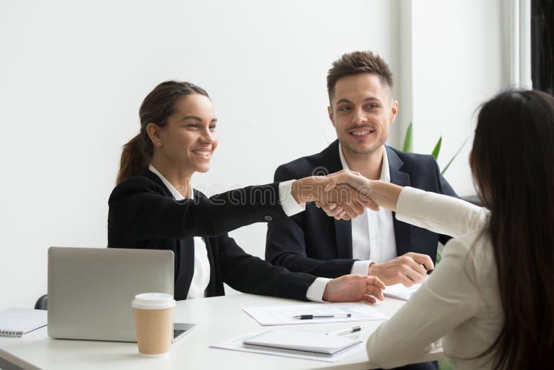 Stunden-Vertreter, die positiv weiblichen Job-Bewerber grüßen stockbilder