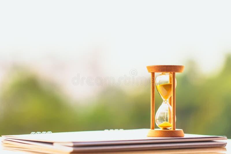Stundenglas auf Kalenderkonzept für die Zeit, die weg für wichtiges Verabredungsdatum gleitet stockbild