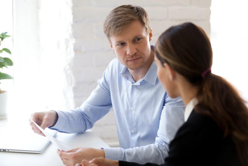 Stundenmanager und -bewerber, die am Schreibtisch während des Vorstellungsgesprächs sitzen stockfoto