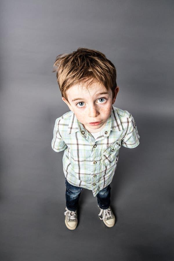 Stunned красивый молодой мальчик вытаращить для сюрприза, взгляда высокого угла стоковые изображения