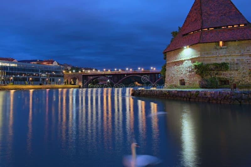 Stunning herfstochtend view van de Drava rivier in Maribor Een van de belangrijkste reisbestemmingen is de Watertoren royalty-vrije stock afbeeldingen