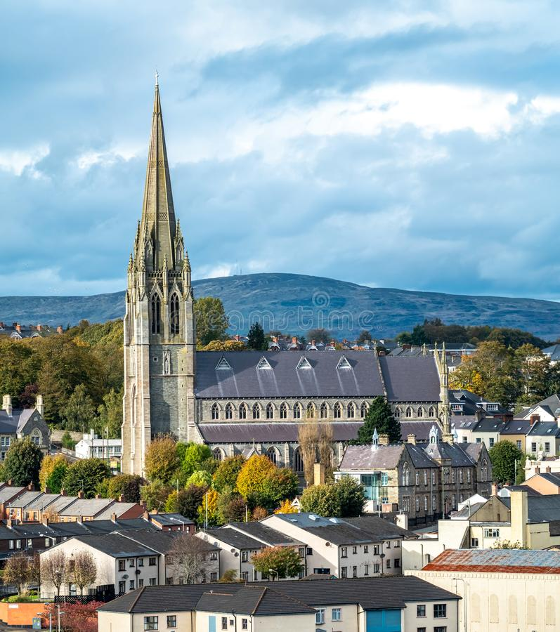 Stunning town view with St Eugene's Cathedral in Derry, Noord-Ierland stock foto
