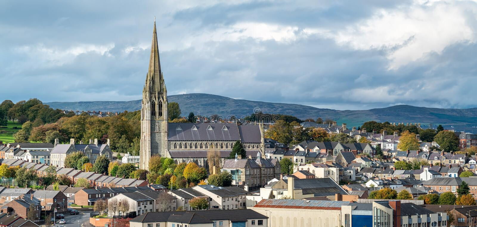 Stunning town view with St Eugene's Cathedral in Derry, Noord-Ierland royalty-vrije stock foto's