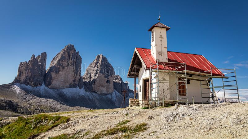 Stunning Tre Cime pieaks en Chiesetta Alpina, Dolomites, Italië royalty-vrije stock foto