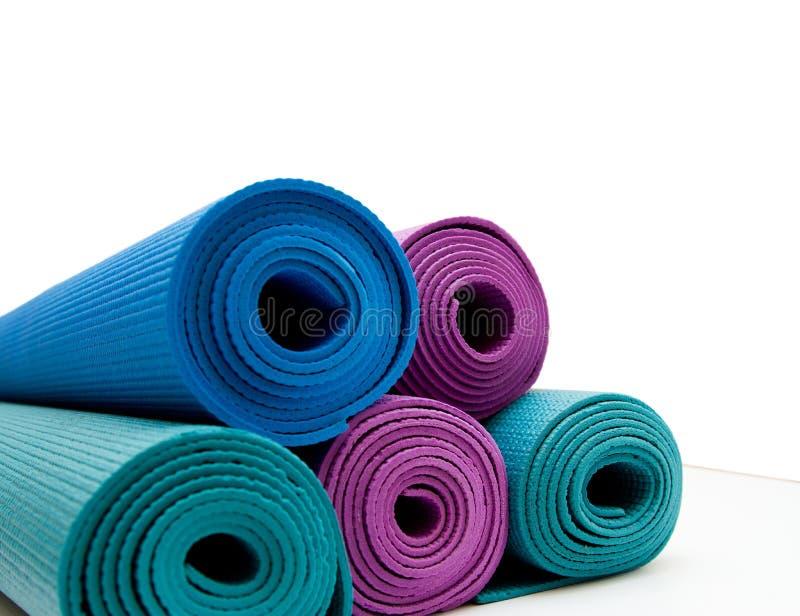 Stuoia di yoga isolata su fondo bianco Copyspace immagini stock libere da diritti