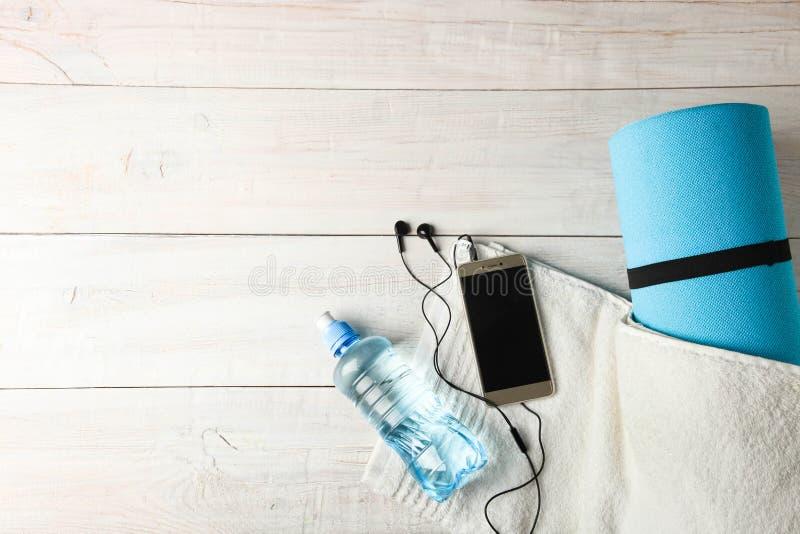 Stuoia e bottiglia relative alla ginnastica di acqua immagine stock