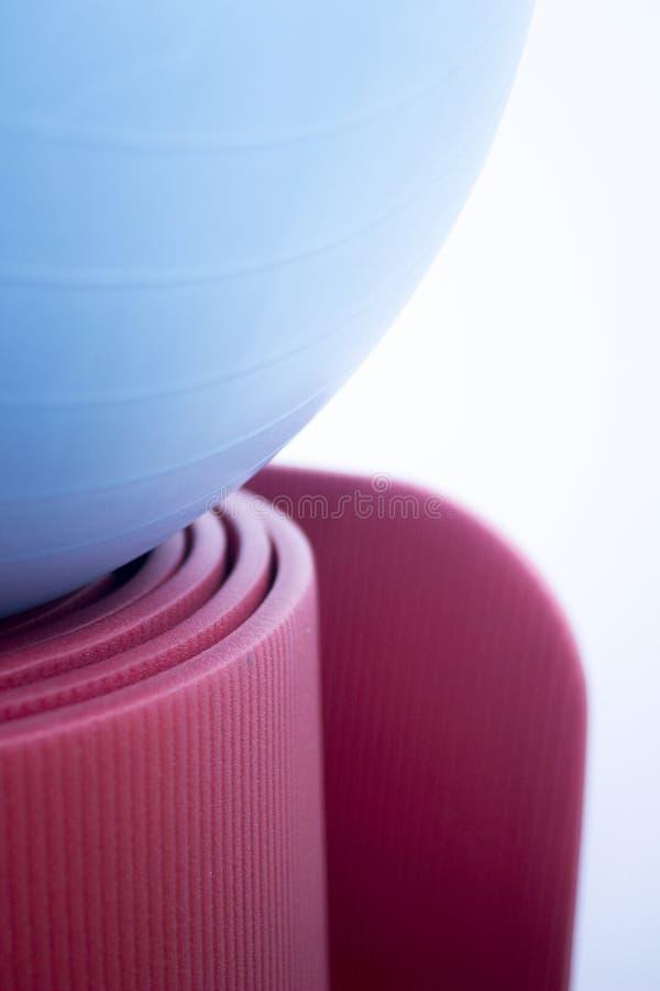 Stuoia e palla della schiuma di yoga e dei pilates di forma fisica immagine stock
