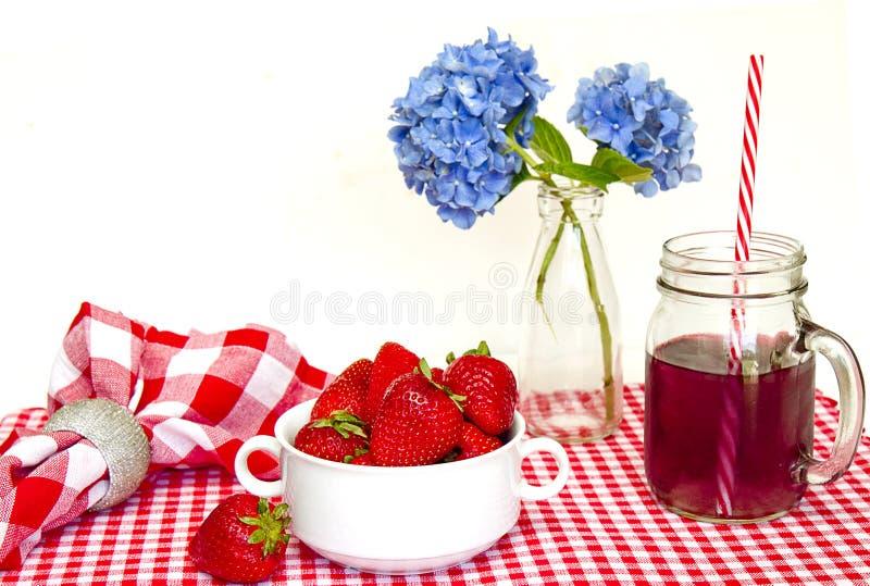 Stuoia rossa e bianca del percalle, fragole immagine stock