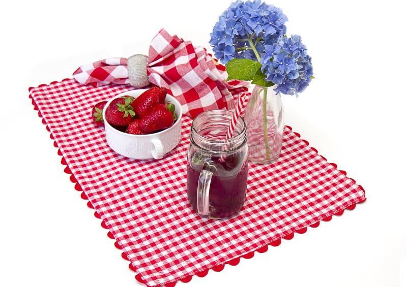 Stuoia rossa e bianca del percalle, fragole fotografie stock libere da diritti